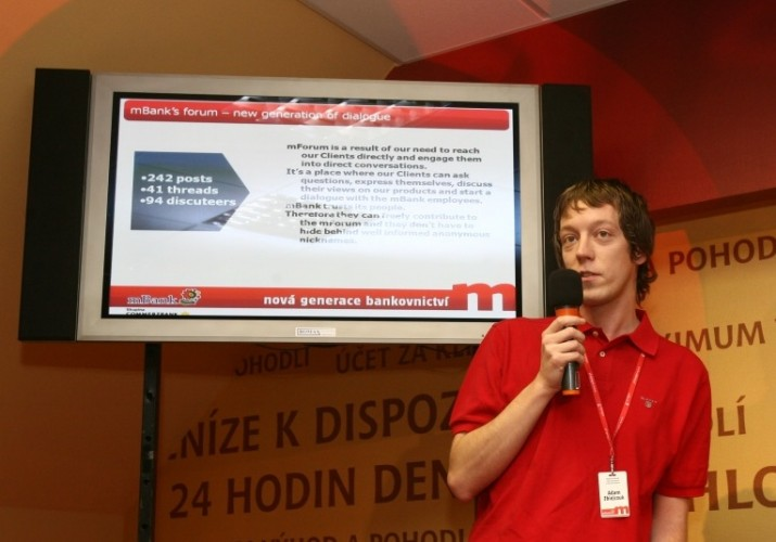 Adam Zbiejczuk na tiskové konferenci ke spuštění mBank